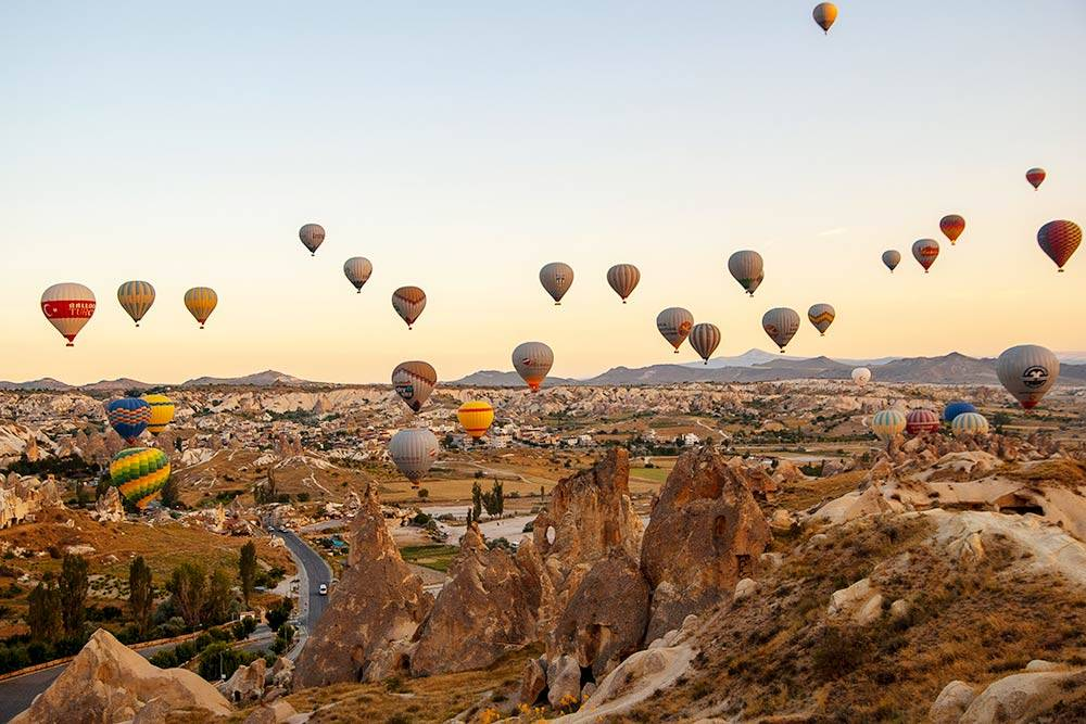 Пара сотен воздушных шаров над ландшафтами Каппадокии — зрелище, которое стоит увидеть. Полет длится около часа и проходит обычно на высоте 600—800 м