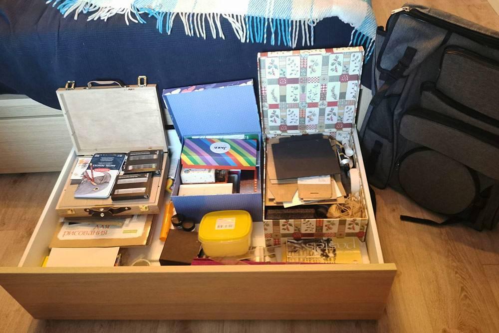 Это мой ящик с художественными материалами. Таких у меня два — и постоянно хочется купить что-то новое. Но новичкам лучше не поддаваться этому желанию и не покупать сразу много профессиональных материалов. Начинайте с небольших наборов того, что вам точно понадобится