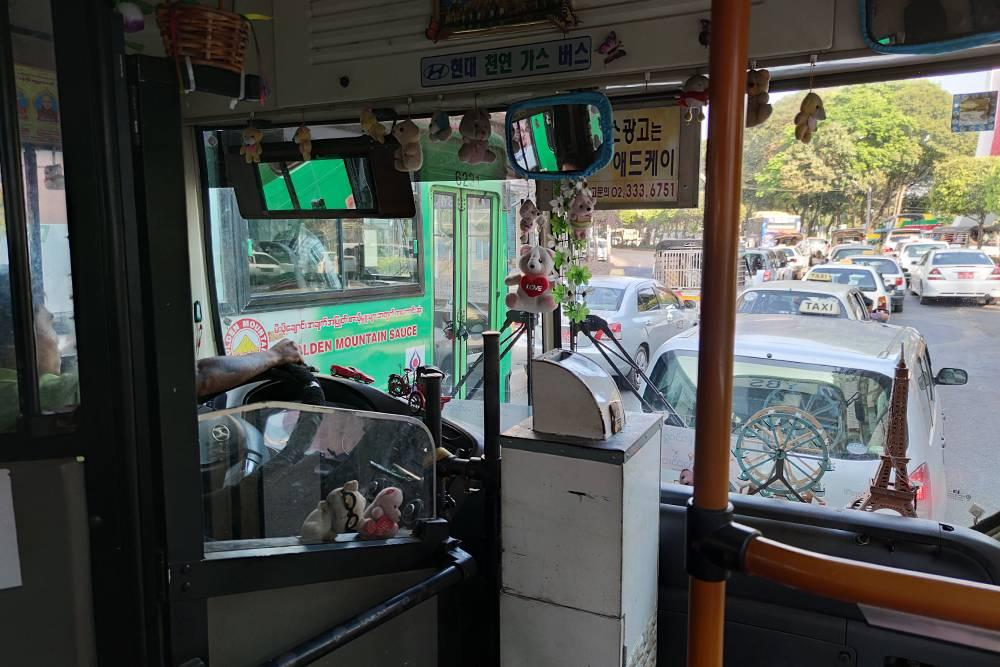 В автобусе в Янгоне
