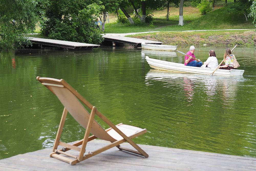 По прудам можно прокатиться на лодке, это бесплатно