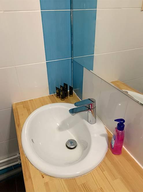 В ванной комнате есть все необходимое: полотенца, гель длядуша и шампунь. Правда, один набор длякаждого на весь заезд
