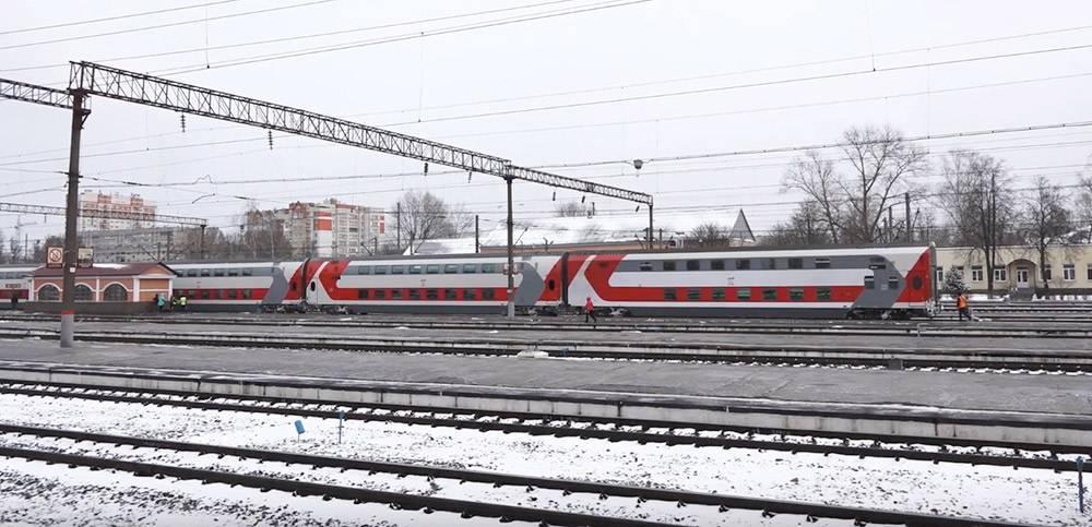 Поезд на железнодорожных путях у вокзала