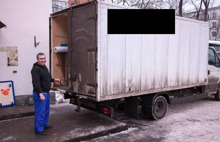 А вот нормальное фото. Водитель профессиональной мувинговой компании на фоне мебельного фургона с брендированным кузовом. Не у всех грузовых компаний будут фирменные тенты на кузовах, но если компания хоть как-то беспокоится о привлечении клиентов, то у них они будут