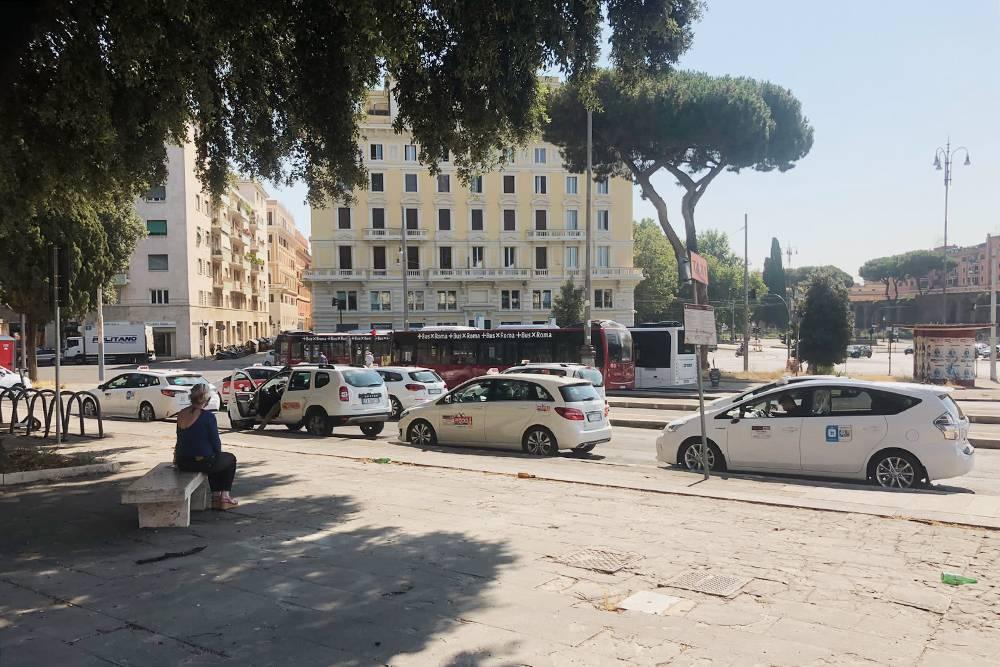 Машины городского сервиса такси, Roma Samarcanda, паркуются на оживленных улицах