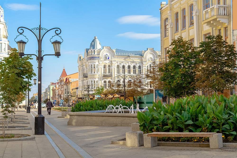 На мой взгляд, самое красивое здание на Ленинградской — доходный дом купчихи Сидоровой. На фото он в центре. Сейчас в нем располагаются Государственный медицинский университет и НИИ Гигиены и экологии человека. Источник: Yomka / Shutterstock