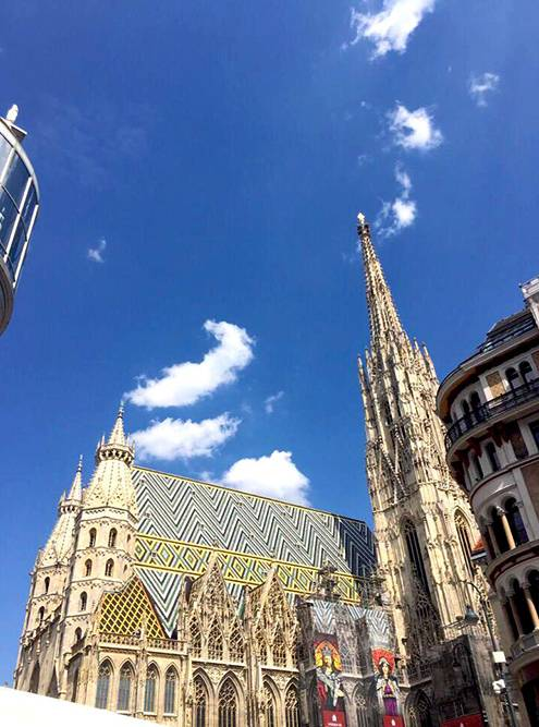 Готические башни собора видно издалека. Башня справа — Южная, ее высота 136метров