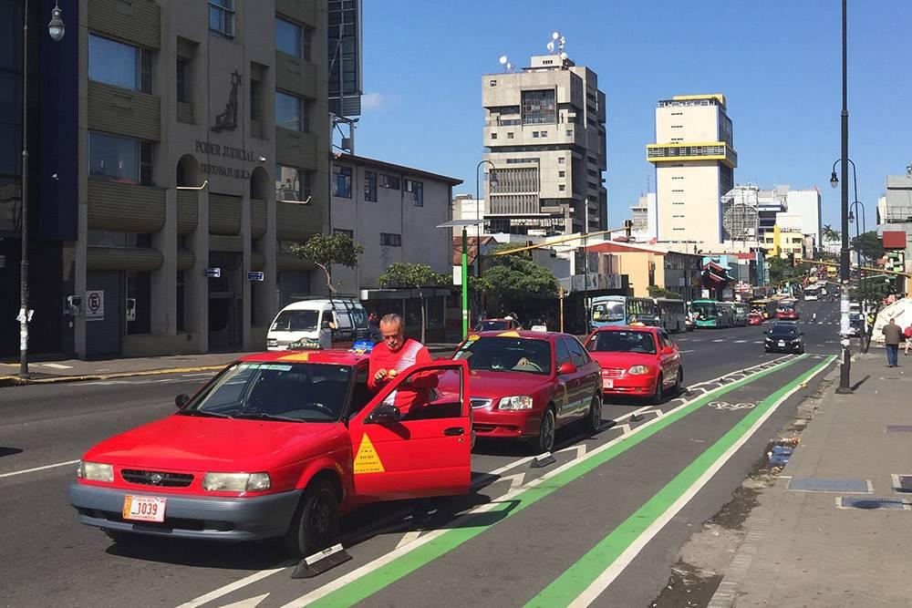 Такси всегда стоят у торговых центров, на центральных улицах или площадях Коста-Рики