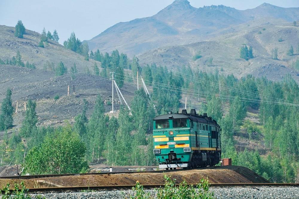 Старый электропоезд конструкции Демиховского машиностроительного завода пересекает Уральский хребет