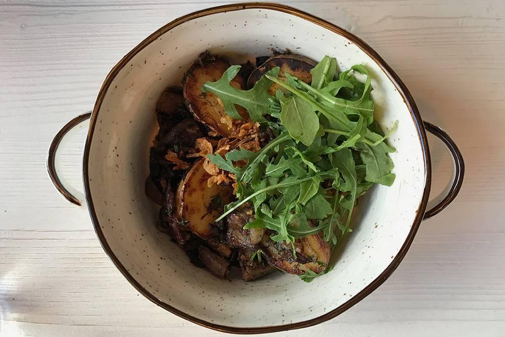 Так подают лосятину с картошкой в ресторане «Ягель». Блюда из дичи выглядят не очень фотогенично, но аромат убеждает в том, что это вкусно. Источник: Анастасия Осян