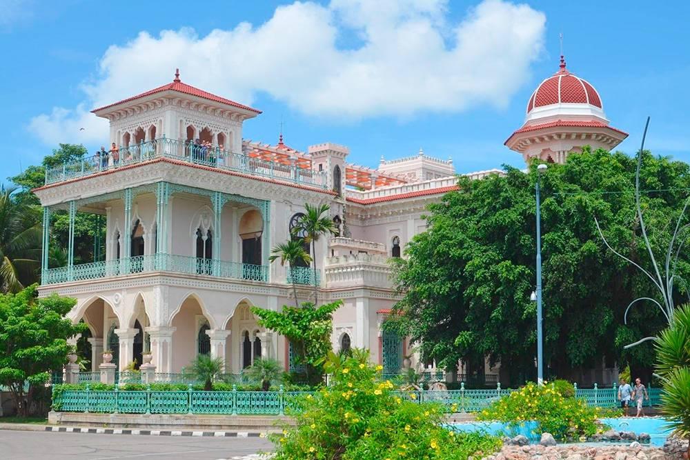 Каждый город Кубы необычен по-своему. В Сьенфуэгосе до сих пор сохранились великолепные и помпезные постройки