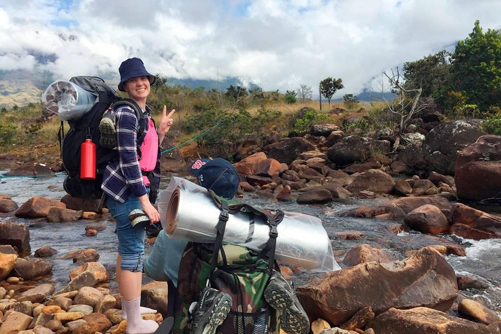 Дважды мы переходили реки вброд. Безопаснее всего делать это в носках, чтобы не скользить по камням и не упасть в воду вместе со всей поклажей