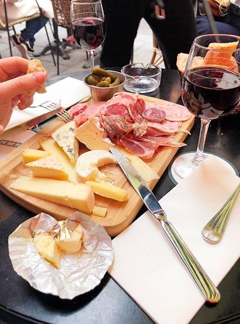 Тарелка mixte с сыром и колбасками. Очень вкусно