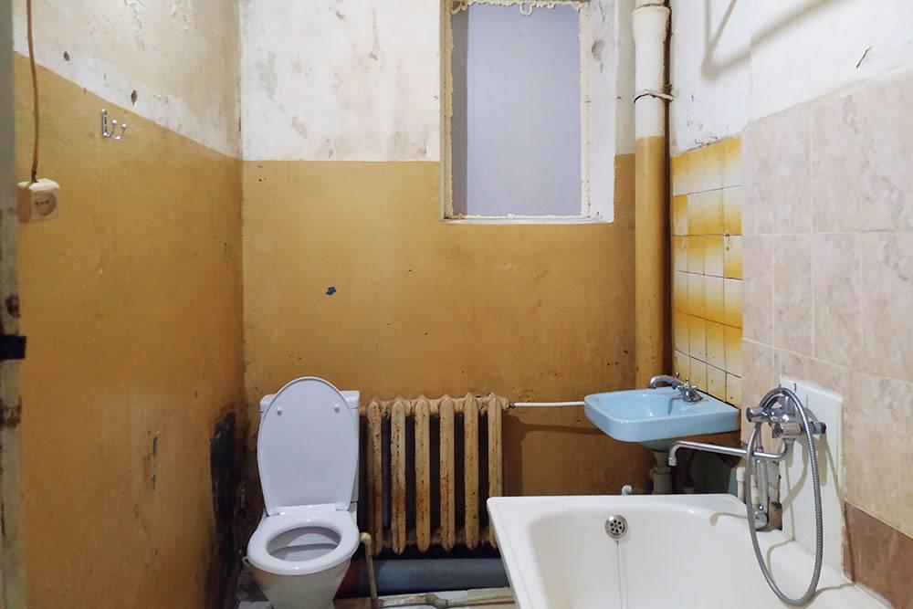 Так выглядел туалет, когда мы заезжали. Мы запенили разбитое деревянное окно, восстановили ванну, проложили пол ЦСП (цементно-стружечная плита) и поменяли отопление