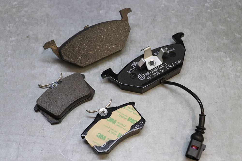 Колодки ATE дляШкоды Октавии A5. Те, что поменьше — на заднюю ось: противоскрипной пластины нет, есть слой клея, который помогает зафиксировать колодки на тормозном суппорте. Те, что побольше — на переднюю ось. Одна из колодок — с датчиком износа. Колодки такого типа чаще всего ставят на автомобили европейских автопроизводителей