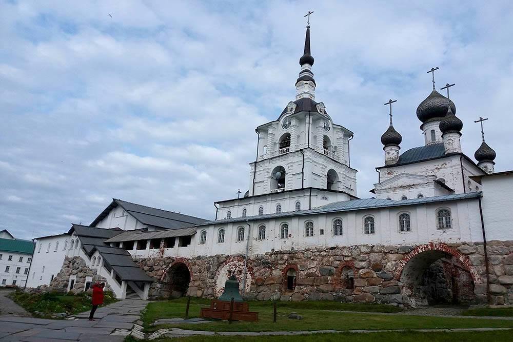 Внутренний двор монастыря и вид на Спасо-Преображенский собор. Вход на его территорию свободный в любое время суток