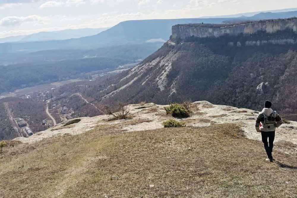На нижнем плато Тепе-Кермена. Вдали виднеется Кыз-Кермен
