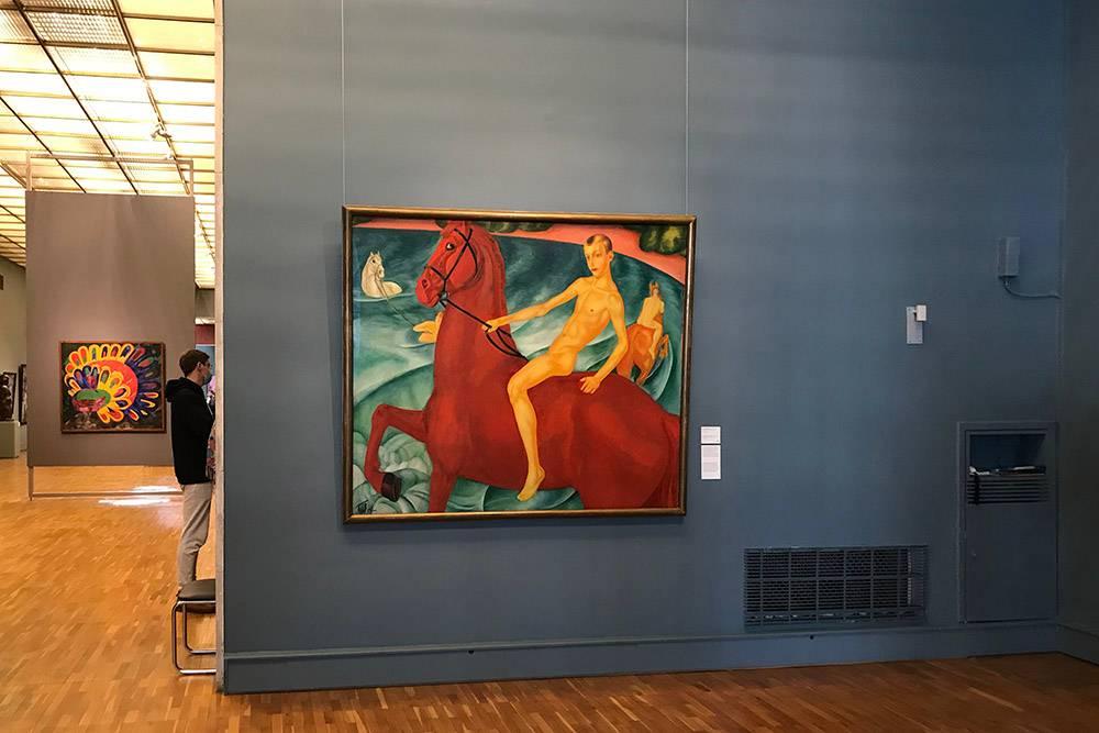 Картина «Купание красного коня» Петрова-Водкина встречает посетителей на входе в первый зал