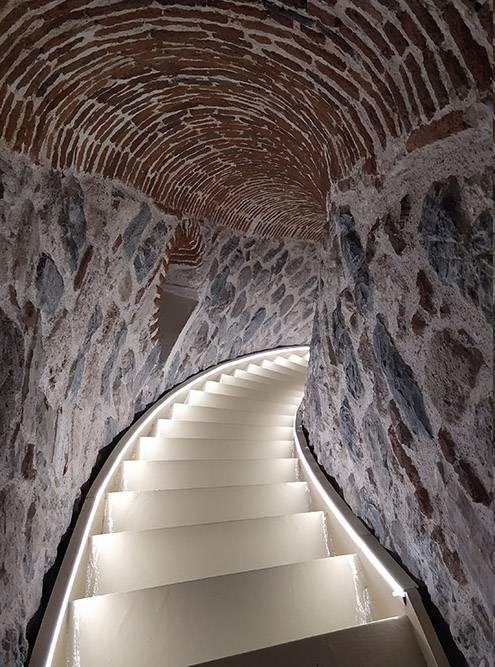 По такой лестнице предстоит спускаться