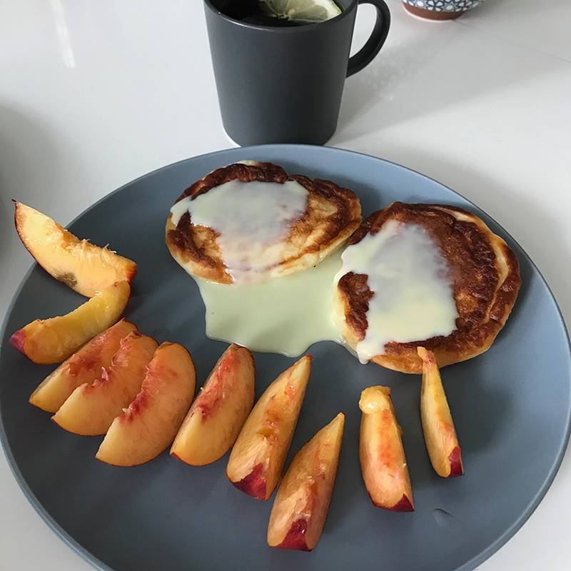 Мой завтрак. Сырники получились похожими на оладушки из-за слишком жидкого творога. Но все равно очень вкусно!