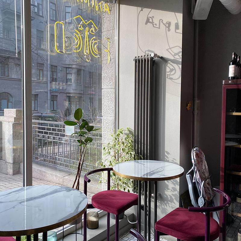 В ресторане две зоны. Первая — с высокими столами и стульями у входа