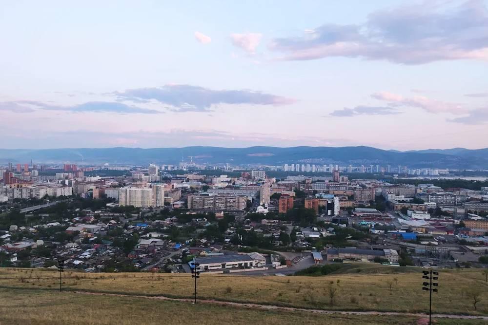 Такой вид открывается с Покровской горы от часовни Параскевы Пятницы. С левой стороны виднеется вершина горы – это потухший вулкан Черная Сопка
