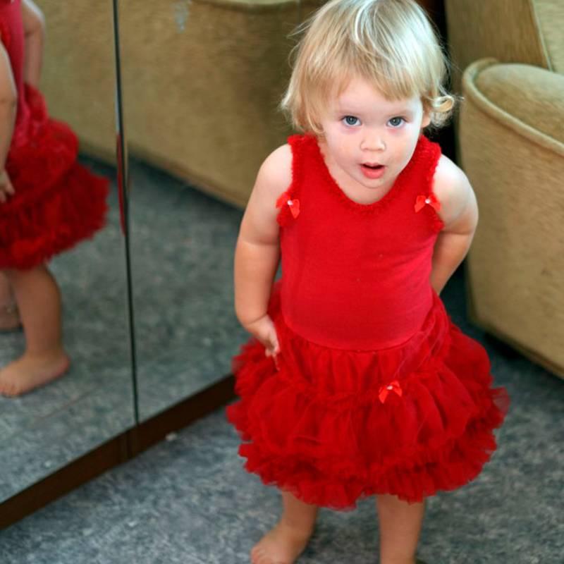 Объявление не сохранилось, но с таким фото я продавала дочкино платье. «На модели» оно смотрелось лучше, чем на вешалке