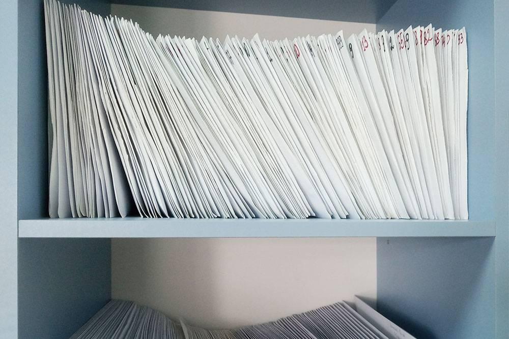 Карты пациентов хранятся в отдельном шкафу у администратора. В них фиксируется вся обязательная информация по лечению: паспортные данные, информация о диагнозе и ходе лечения