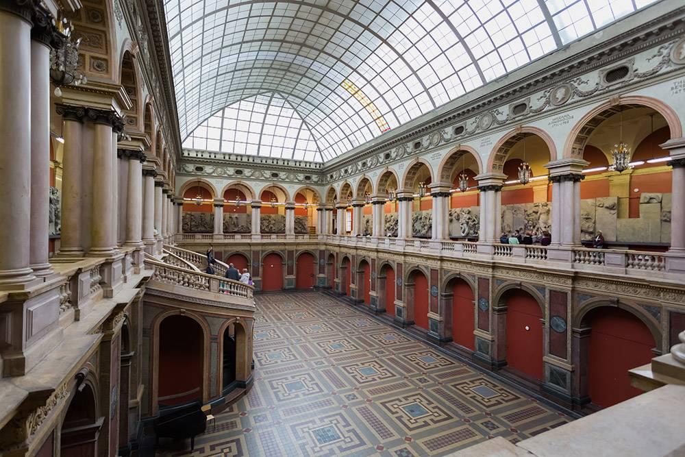 Фотосессия в музее прикладного искусства в академии Штиглица стоит от 7000<span class=ruble>Р</span>. Источник:&nbsp;vserg48&nbsp;/&nbsp;Shutterstock
