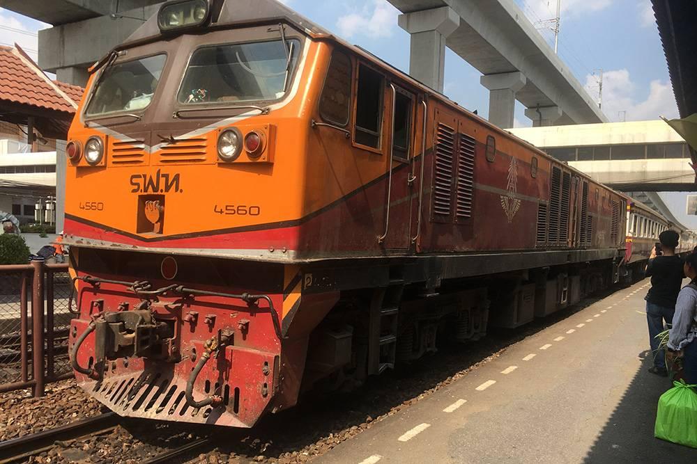 Пригородная электричка до Бангкока пришла с небольшим опозданием. Внутри вагоны старые и грязные