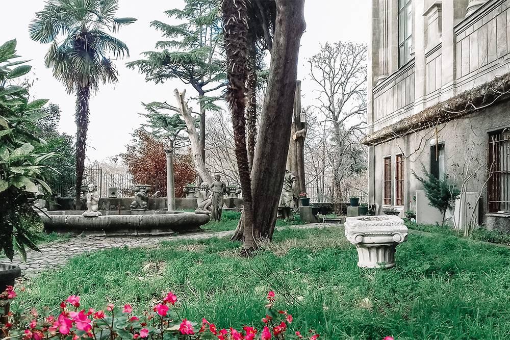 Во дворике Археологического музея приятно попить чаю илипосидеть с книжкой, купленной в местном сувенирном магазине