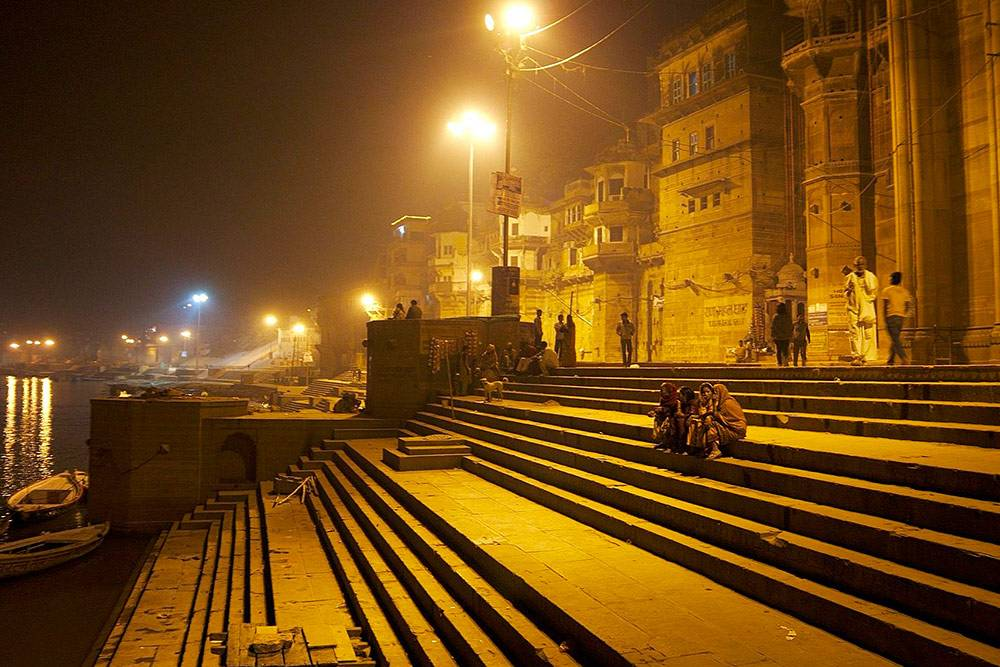 Знающие люди не советовали нам гулять вечером по гатам. Это каменные лестницы, которые спускаются к священной реке Ганг. В городах, расположенных на Ганге, это место молитв, медитаций, омовения и религиозного экстаза фанатиков-индуистов. Здесь же день и ночь горят погребальные костры. Фото: Milo & Silvia in the world/Flickr