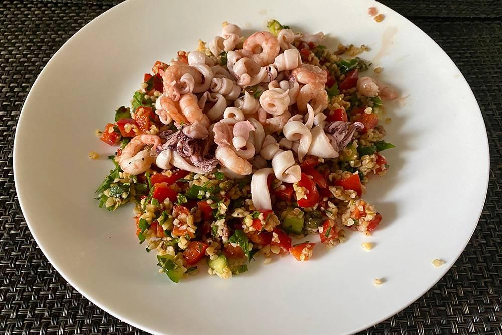 Еще одна вариация салата с морепродуктами