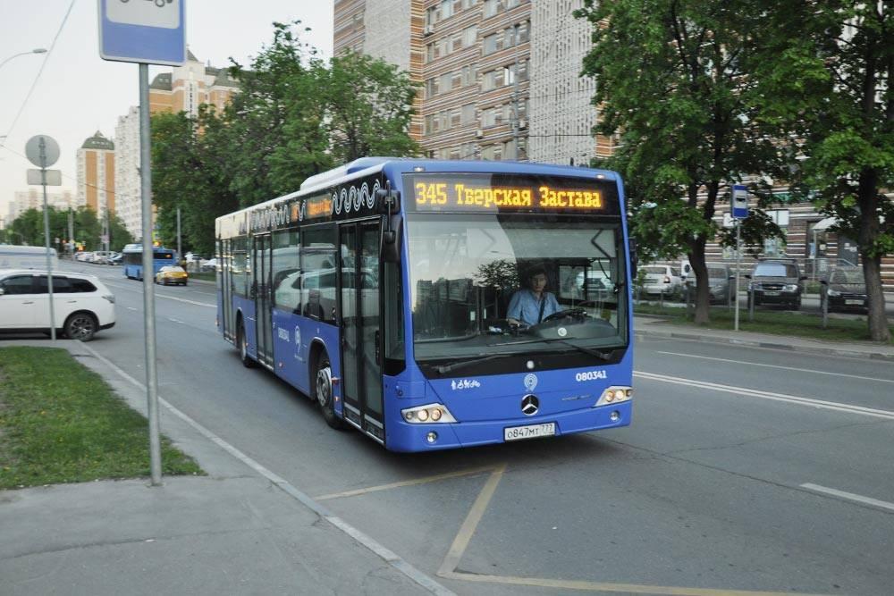 Так выглядят почти все наши автобусы. Они новые, с кондиционерами и USB-разъемами длязарядки. Еще у них низкий пол, а через центральную дверь могут заезжать пассажиры на колясках — правда, водитель каждый раз выдвигает дляних пандус вручную