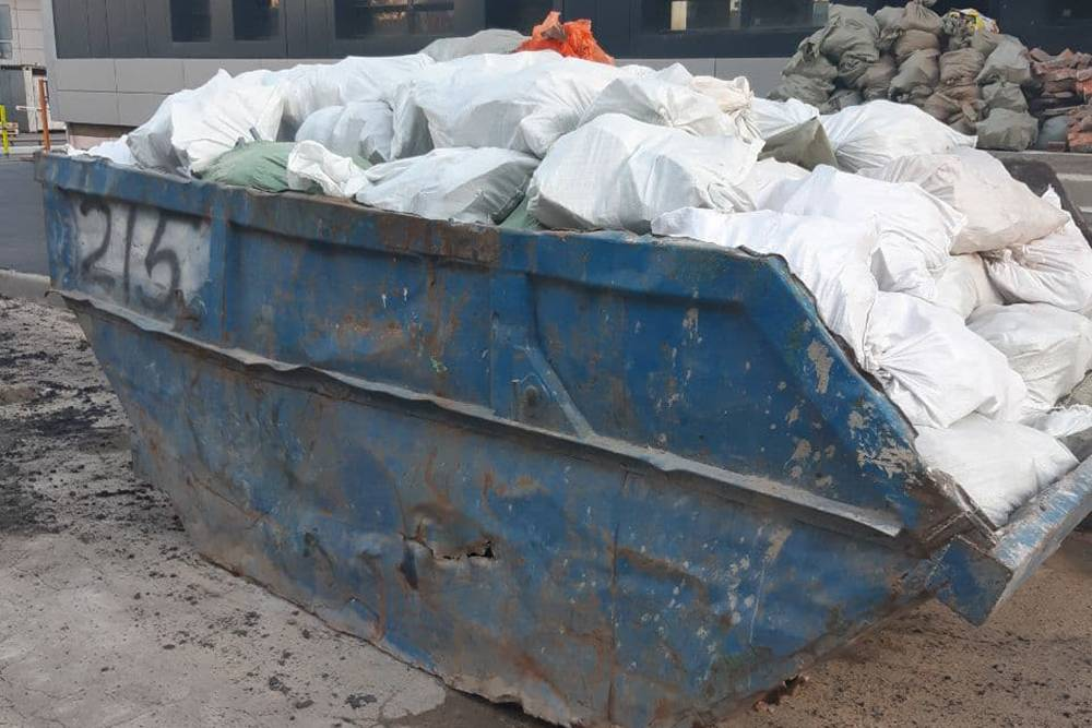 Это контейнер объемом 8м³. Во двор его привозит специальная машина-бункеровоз, оставляет его, а через какое-то время забирает уже с мусором