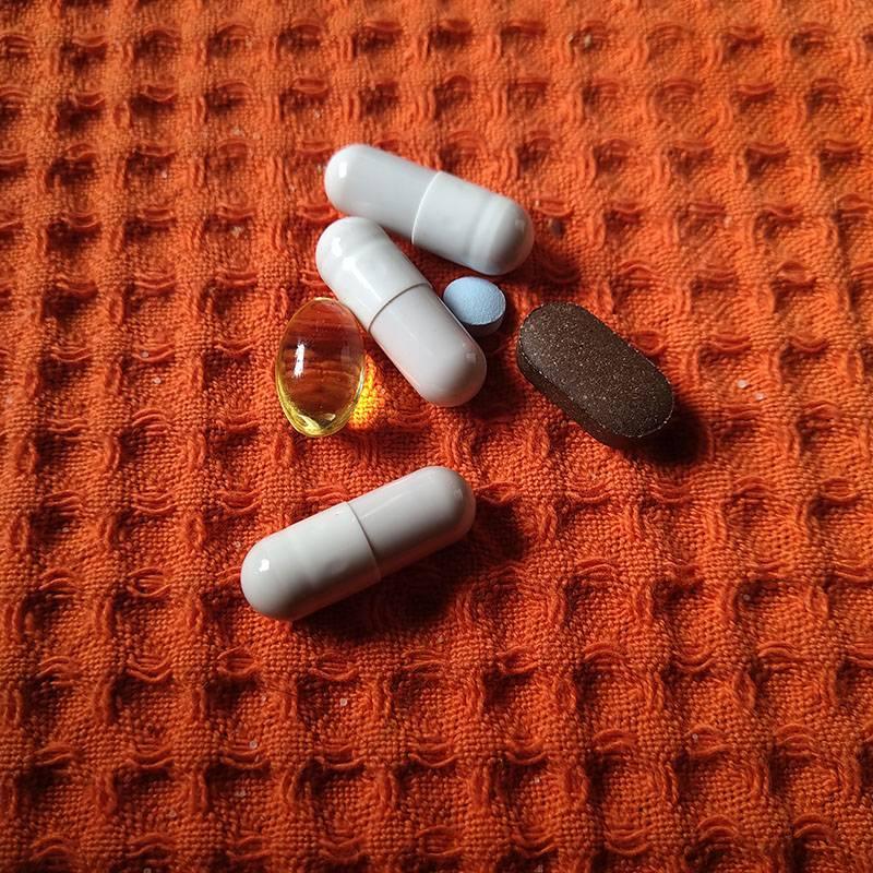 Каждое утро стараюсь принимать таблетку витаминов — «Компливит», «Супрадин» или витаминD в капсуле. Периодически к витаминам добавляю несколько капсул «Лактофильтрума» и «Левокарнитина»
