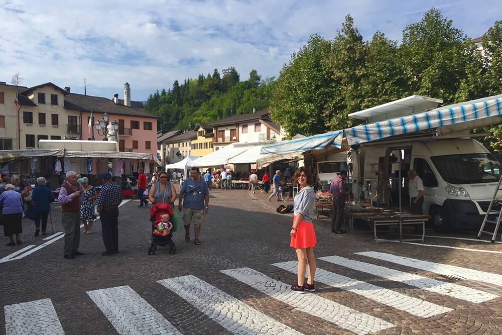 Рынок на центральной площади в Ламоне