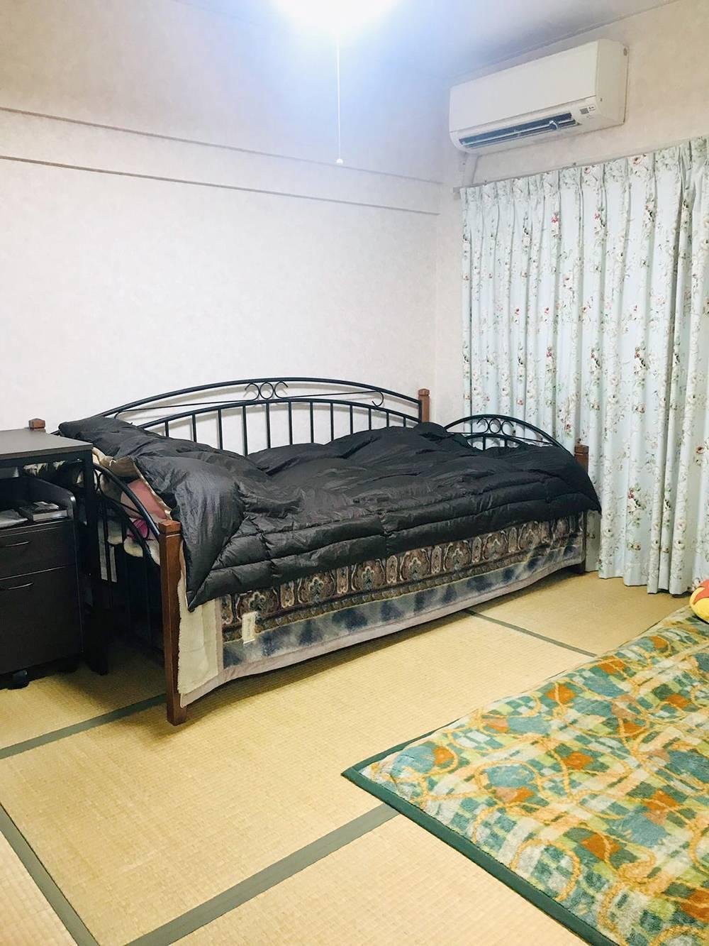 В каждом японском доме хотя бы одна комната устлана плетенными из тростника ковриками — татами. В ней не должно быть мебели, а спать нужно на футоне, который днем убирается в шкаф. Но я так и не отучилась от нормальной кровати