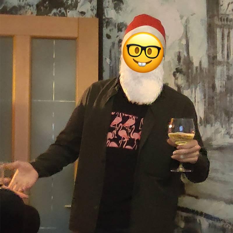 И даже Деда Мороза завезли. Не знал, что седой так любит выпить