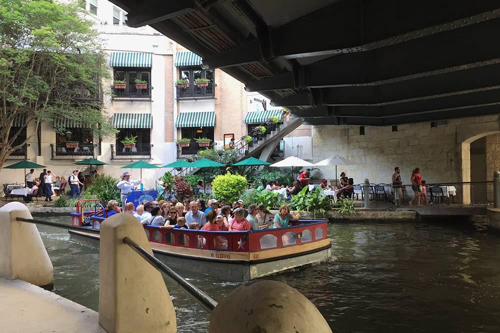 Прогулочная лодка с туристами