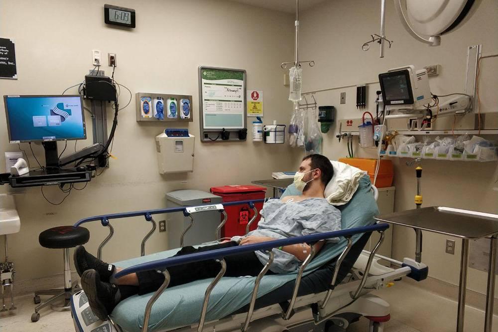 Однажды мужу стало плохо, и мы ринулись в отделение скорой помощи. На входе медсестра собрала анамнез, измерила давление и оценила состояние супруга. Потом мужа вызывали в разные кабинеты: взять кровь, проверить сердцебиение. После того как доктор освободился, нас пригласили в палату. Все улыбались, а медперсонал успокаивал нас, проходя мимо