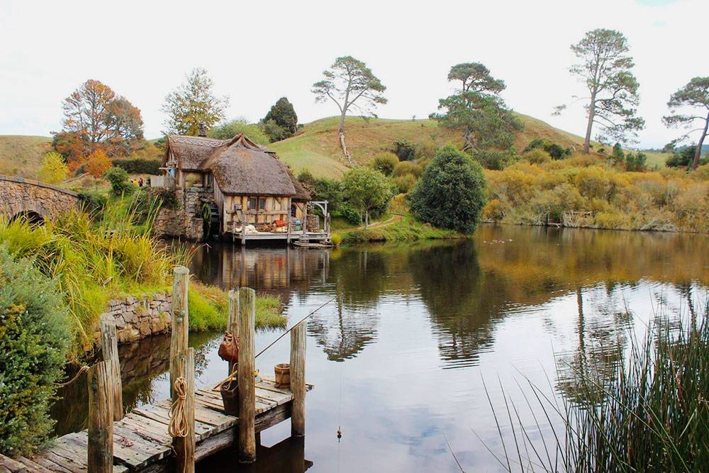 Есть и целое озеро с водяной мельницей