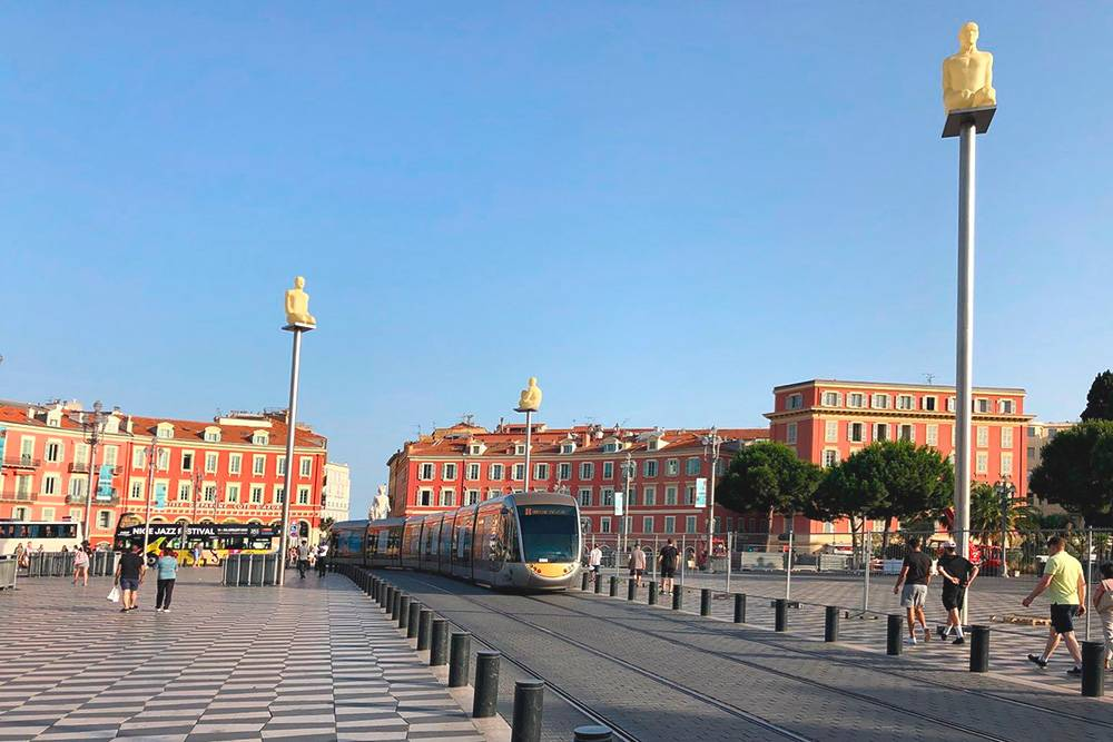 Композиция с фигурами на фонарных столбах называется «Диалог в Ницце» и символизирует семь континентов. Мне показалось, что они не вписываются в стиль старой площади. Лучше приходить туда вечером: в темноте композиция смотрится лучше
