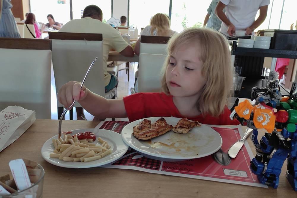 Любимые блюда младшей дочери в ресторане отеля Asdem Beach в Турции