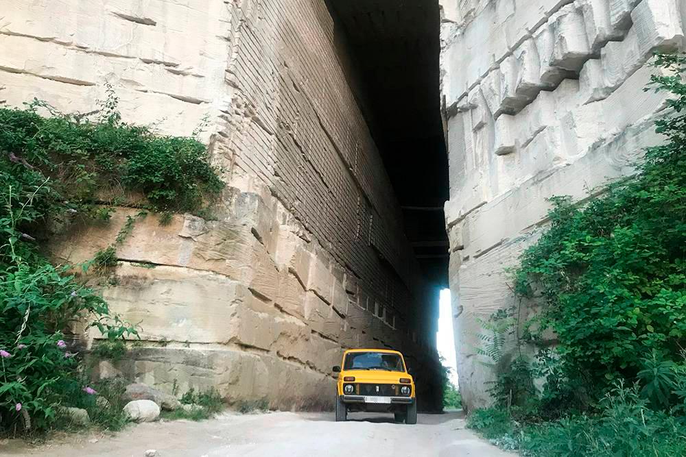 В скале подкрепостью прорубили тоннель. Здесь можно свободно проехать на машине и сделать необычные снимки