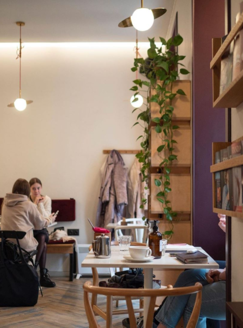 В интерьере кофейни — цветы, книги и картины. Источник: civil.coffeebar / «Инстаграм»
