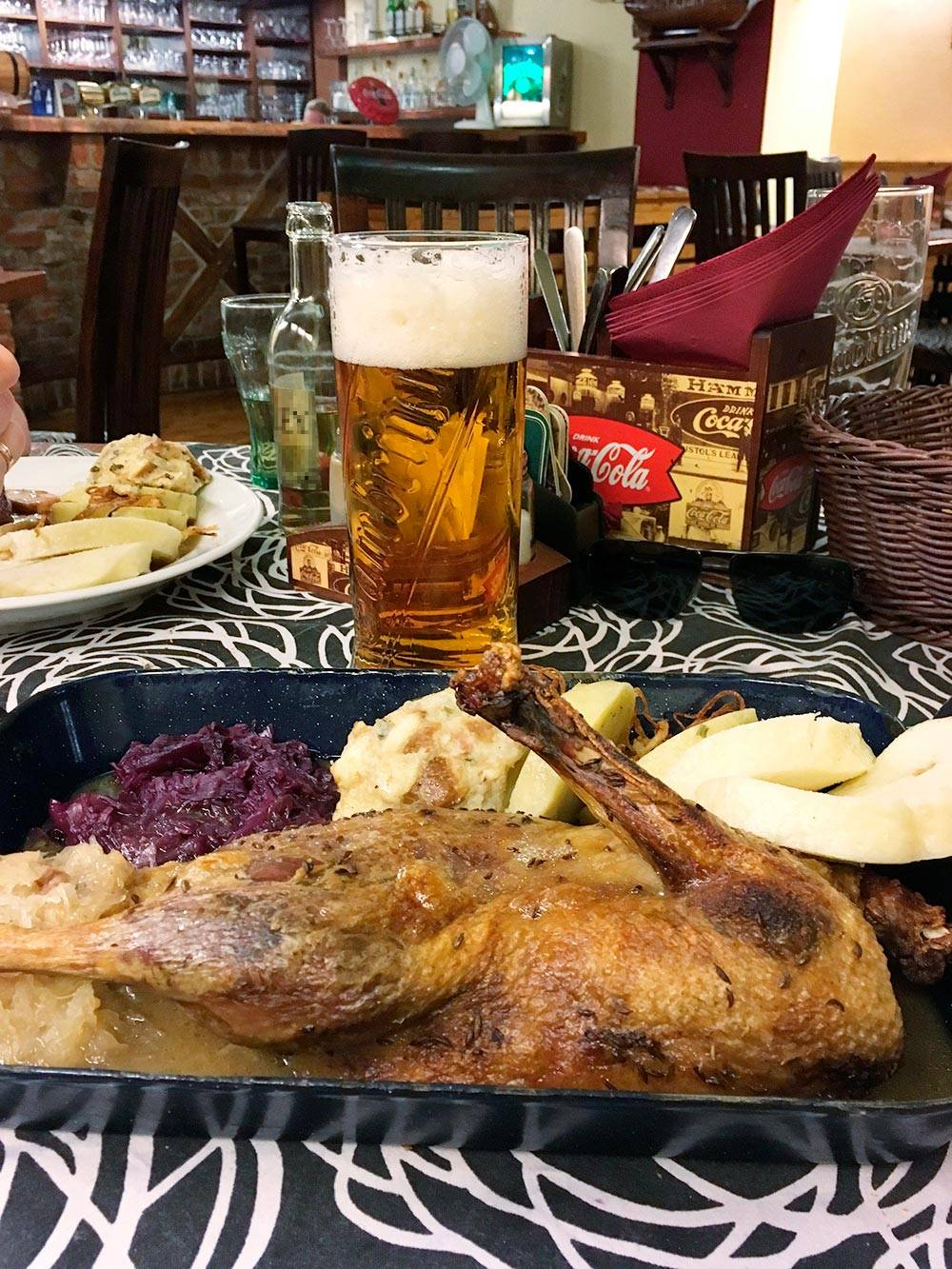 Обед в Чехии: половина утки, клецки кнедлики, капуста и пиво