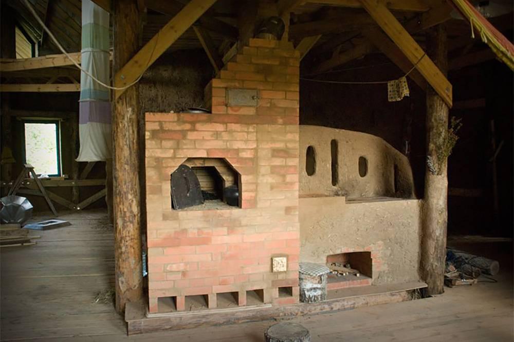 Справа — маленькая печь, с ее помощью можно быстро отопить дом, приготовить что-то, как на плите, нагреть воду в баке и батареях. Слева — большая русская печь, в ней можно готовить, а еще она два-три дня держит тепло