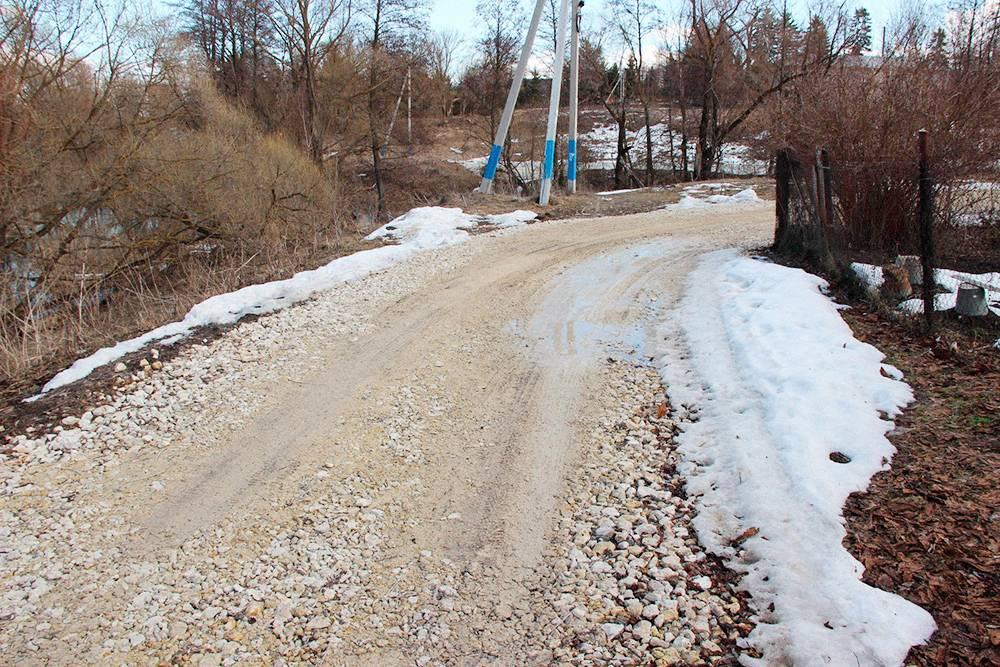 Этой дороге четыре месяца. За это время появилась колея, через которую проглядывает почва, а лужи уже никуда не уходят