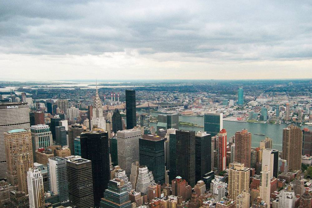 С высоты 86-го этажа люди и машины кажутся крошечными муравьями