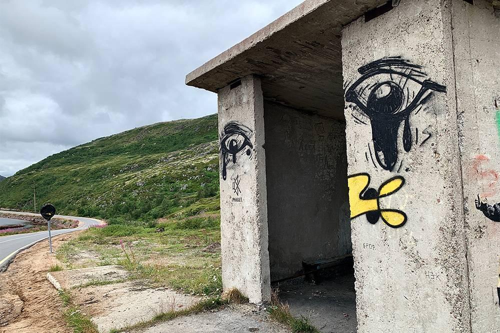 На левой стене остановки есть подпись Pøbel и значок выключенного звука